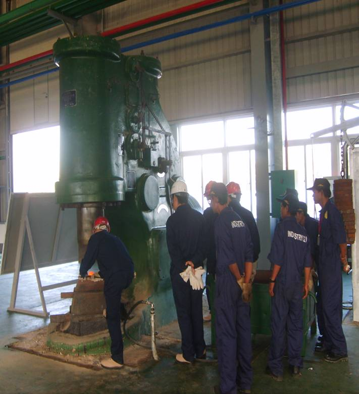 1吨大型yabo亚博体育空气锤在缅甸使用