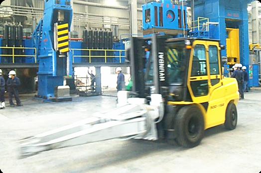 锻造操作机简述: 锻造操作机用以夹持锻坯配合自由锻液压机或锻锤完成送进、转动、调头等主要动作的辅助。小型锻造操作机适用于模锻件生产。自由锻造操作机和小型模锻操作机有助于改善劳动条件,提高生产效率。 锻造操作机分类:  数控全液压有轨锻造操作机 全液压四连杆有轨锻造操作机  360度回转式液压操作机 机械式锻造操作机 安阳锻压生产的锻造操作机结构分有轨和无轨两种。有轨锻造操作机分为:直移式、回转式、平移式等多种运动形式,机械、全液压、机械液压混合等多种驱动形式,可以从各方面满足不同用户的需要。  无轨锻造