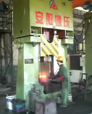 数控模锻锤视频-31.5KJ数控锤出口到越南yabo亚博体育摩托车配件视频