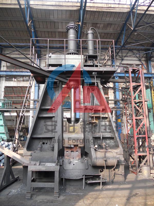 5吨模锻锤在洛拖yabo亚博体育拖拉机锻件