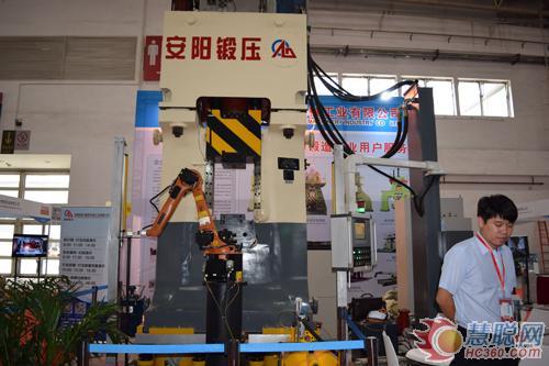 数控模锻锤配合锻造机械手可组成全自动生产线